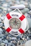 在海岸的Lifebuoy。 免版税库存图片