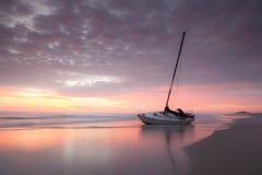 在海岸线北卡罗来纳外面银行的遭到海难的风船 免版税图库摄影