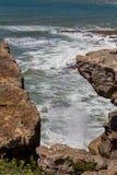 在海岸线岩石的看法在海洋 免版税图库摄影