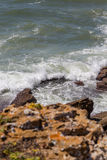 在海岸线岩石的看法在海洋 图库摄影