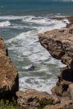 在海岸线岩石的看法在海洋 免版税库存照片