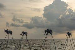 在海岸线的大象雕塑日落Senato海滩俱乐部的 库存图片
