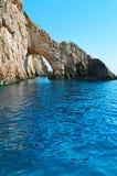在海岸线的岩石曲拱 免版税库存图片