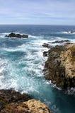 在海岸线的峭壁 免版税库存照片