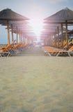 在海岸线的日落在美丽的海滩附近 免版税库存照片