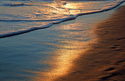 在海岸线的日落拉古纳海滩的,加利福尼亚 免版税库存图片