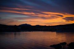 在海岸线的日落cloudscape,戈尔福阿兰奇,撒丁岛,意大利, 免版税库存图片