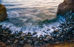 在海岸线的波浪 免版税库存图片