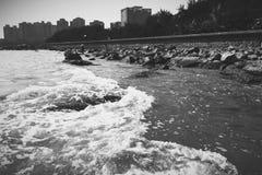 在海岸线的波浪 库存图片