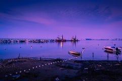 在海岸线的渔夫船 免版税库存照片