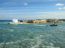 在海岸线的美丽的大波浪 马耳他valetta 库存照片