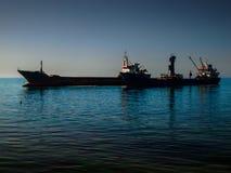 在海岸线附近的干货船 库存图片