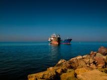 在海岸线附近的干货船 免版税库存图片
