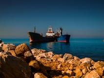 在海岸线附近的干货船 图库摄影