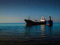 在海岸线附近的干货船 免版税图库摄影