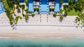 在海岸线附近的游泳池 免版税库存图片