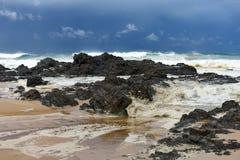在海岸线附近的风大浪急的海面有岩石的 库存照片