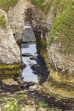 在海岸线Flamborough头的岩石洞 库存照片