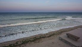 在海岸视图之上 在日落日出的堤防码头 库存照片