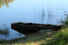 在海岸附近的老小船早晨 库存图片