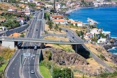 在海岸马德拉岛的鸟瞰图与沿圣克鲁斯的高速公路 免版税图库摄影