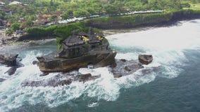 在海岸Tanah巴厘岛的鸟瞰图 股票录像