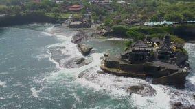 在海岸Tanah巴厘岛的鸟瞰图 影视素材