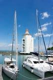 在海峡奎伊灯塔的游艇 免版税库存图片
