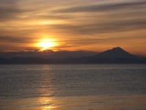 在海峡的日落 免版税库存照片