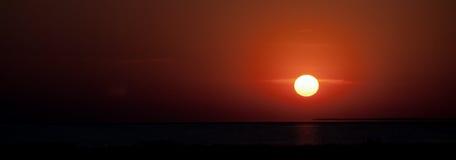 在海峡的美好的日落 免版税库存图片