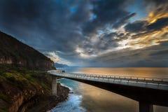 在海峭壁桥梁上的日出 免版税库存图片