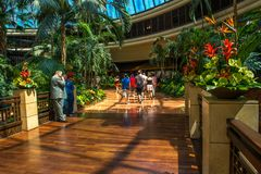 在海市蜃楼旅馆和赌博娱乐场的心房的里面走道 免版税库存照片