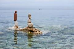 在海平衡的岩石 库存图片