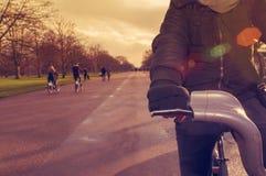 在海德公园供以人员骑一辆自行车在伦敦,英国 免版税库存照片