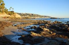 在海斯勒公园,拉古纳海滩,加州下处于低潮中晃动堆海滩 免版税库存照片
