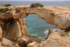 在海旁边的一座自然石桥梁 免版税库存照片