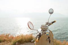 在海旁边的摩托车 库存图片