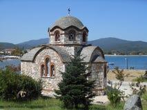 在海旁边的教会圣尼古拉斯, Olimpiada,希腊 免版税库存图片