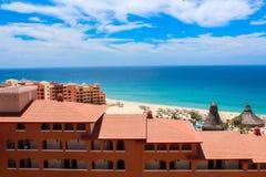 在海旁边的旅馆 免版税库存图片