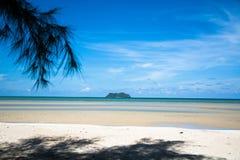 在海旁边的海岛 免版税库存图片