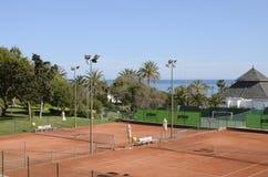 在海旁边的网球场 库存图片