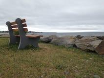 在海旁边的长凳 库存照片