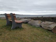 在海旁边的长凳 库存图片