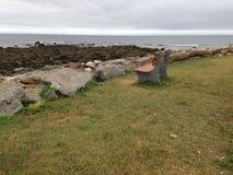 在海旁边的长凳 免版税库存照片