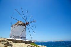 在海旁边的风车米科诺斯岛的 免版税图库摄影