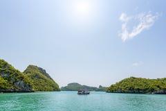 在海旅行的小船停住的 免版税库存照片