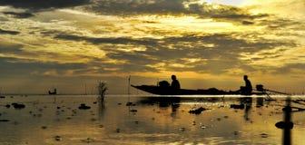 在海日出backgrund的漂泊小船 免版税库存照片
