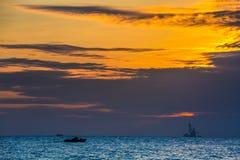在海日落的浮动石油平台 海南,中国 库存图片