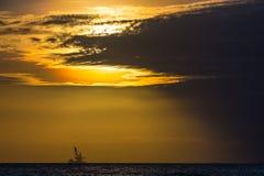 在海日落的浮动石油平台 海南,中国 免版税库存照片