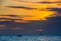 在海日落的浮动石油平台 海南,中国 库存照片